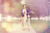 Ragazza con la bicicletta nel parco — Foto Stock