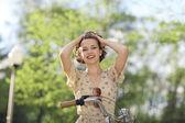 Glückliche mädchen mit fahrrad — Stockfoto