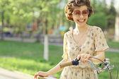 Glad tjej med cykel — Stockfoto