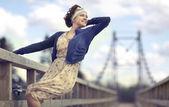 девочка на мосту — Стоковое фото