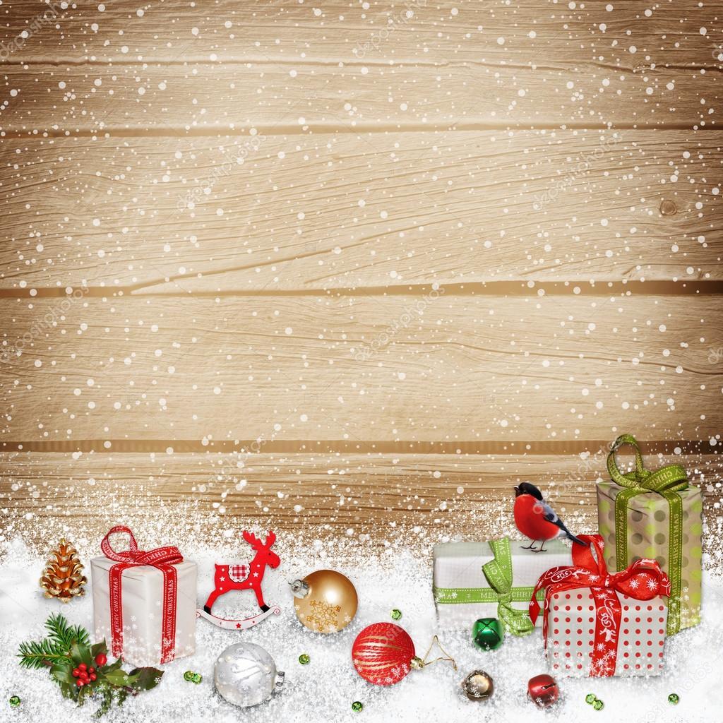 Adornos navide os y regalos en la nieve sobre un fondo de - Fotos en madera ...