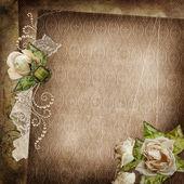 Ročník ošuntělý pozadí s vybledlé růží, sponu a krajka — Stock fotografie