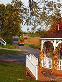 Venkovské silnici s školní autobus — Stock fotografie