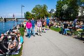 As pessoas andam ao longo das margens do rio em frankfurt — Foto Stock
