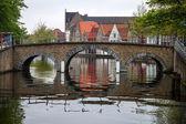 Medieval bridge over canal in Bruges — Photo