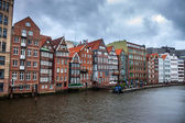 Traditional buildings along canal in Hamburg — Foto Stock