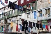 Roupa pendurada entre as casas — Foto Stock