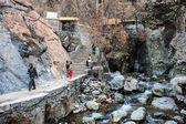 People visit mountains in Darband quarter  in Tehran — Stock Photo