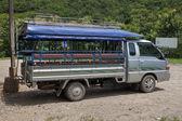 Locale mezzo di trasporto (camion di passeggeri) — Foto Stock