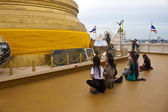 Praying women in front of stupa on Golden Mount — Stock Photo