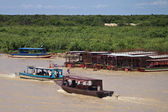 Boats with tourists on Tonle Sap Lake — Stock Photo