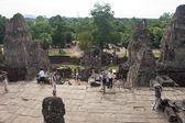 Tourists at Bakong temple — Stock Photo
