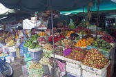 People shop at a market in Pnom Penh — Stock Photo