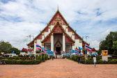 Tourists visit famous Wat Mongkol Bophit temple — Foto Stock