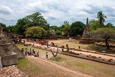 Tourists visit famous Wat Phra Sri Sanphet temple — Zdjęcie stockowe