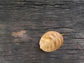 осенние листья дуба на фоне древесины — Стоковое фото