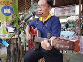 SAMUTPRAKRAN, THAILAND - FEBRUARY 11 :Unidentified street musician plays guitar at walking street market in Samutprakran,Thailand on February 11, 2012 — Stock Photo