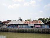 Houten huizen langs de grachten in thailand — Stockfoto