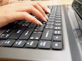 Händer på den bärbara tangentbordet — Stockfoto