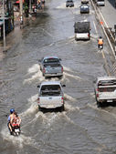 BANGKOK, THAILAND - OCTOBER 22 : Thai flood hits Central of Thailand, higher water levels expected, during the worst flooding in decades on October 22,2011 Bangkok, Thailand. — Stock Photo