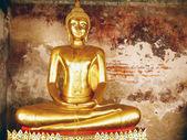 Bangkok-Ocak 4: altın Buda heykelleri wat suthat 4 Ocak 2012 Bangkok, Tayland, tapınak binası içinde bir satır. narai 17 yüzyılda Kral tarafından ünlü tapınağı inşa Wat suthat olduğunu. — Stok fotoğraf