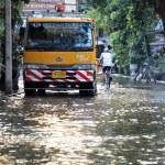 BANGKOK, THAILAND - OCTOBER 30 : Heavy flooding from monsoon rain in Ayutthaya and north Thailand arriving in Bangkok on October 30,2011 Bangkok, Thailand — Stock Photo #44356151
