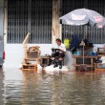 BANGKOK, THAILAND - OCTOBER 30 : Heavy flooding from monsoon rain in Ayutthaya and north Thailand arriving in Bangkok on October 30,2011 Bangkok, Thailand — Stock Photo #44356251