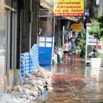 BANGKOK, THAILAND - OCTOBER 30 : Heavy flooding from monsoon rain in Ayutthaya and north Thailand arriving in Bangkok on October 30,2011 Bangkok, Thailand — Stock Photo #44356265