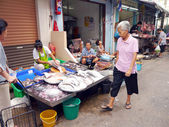 BANGKOK, THAILAND - SEPTEMBER 8: Unidentified woman selling fish on the local market in Bangkok, Thailand on September 8, 2012. — Stock Photo