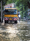 BANGKOK, THAILAND - OCTOBER 30 : Heavy flooding from monsoon rain in Ayutthaya and north Thailand arriving in Bangkok on October 30,2011 Bangkok, Thailand — Foto Stock