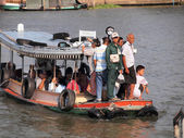 BANGKOK - MARCH 24: people in the boat at the river Mae Nam Chao Phraya on March 24, 2013 in Bangkok, Thailand. Boat ferry is a regular public service on the river.  — Zdjęcie stockowe