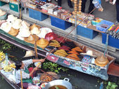 RATCHABURI,THAILAND -SEPTEMBER 2013 : Local peoples sell fruits,food and products at Damnoen Saduak floating market,on September 7,2013 in Ratchaburi,Thailand .Dumnoen Saduak is a very popular tourist — Stock Photo