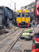 MAEKLONG, THAILAND - SEPTEMBER 7: The famous railway markets at Maeklong, Thailand, September 7, 2013, Samut Songkhram, Thailand.Three times a day the train runs through these stalls. — Stock Photo