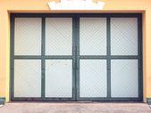 гараж стена с дверью фоновой текстуры — Стоковое фото