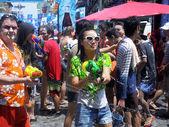 "BANGKOK, THAILAND - APRIL 13: Unidentified Thai and International people enjoy in ""Bangkok Songkran Festival 2012(Thailand new year)"" at Khao san Road on April 13,2012 in Bangkok, Thailand — Stockfoto"
