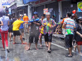Bangkok, Thaïlande - 13 avril : des gens thaïlandais et internationaux non identifiés aient dans « bangkok songkran festival 2012 (Thaïlande nouvel an) » à khao san road sur avril 13,2012 in bangkok, thailand — Photo