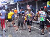 """Bangkok, thailand - 13 april: niet-geïdentificeerde Thaise en internationale mensen genieten in """"bangkok songkran festival 2012 (thailand Nieuwjaar)"""" op khao san road op april 13,2012 in bangkok, thailand — Stockfoto"""