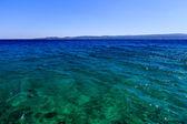 Nádherné jaderské moře s temně modré vody poblíž split, chorvatsko — Stock fotografie