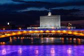 Casa blanca y moscú terraplén del río por la noche, rusia — Foto de Stock
