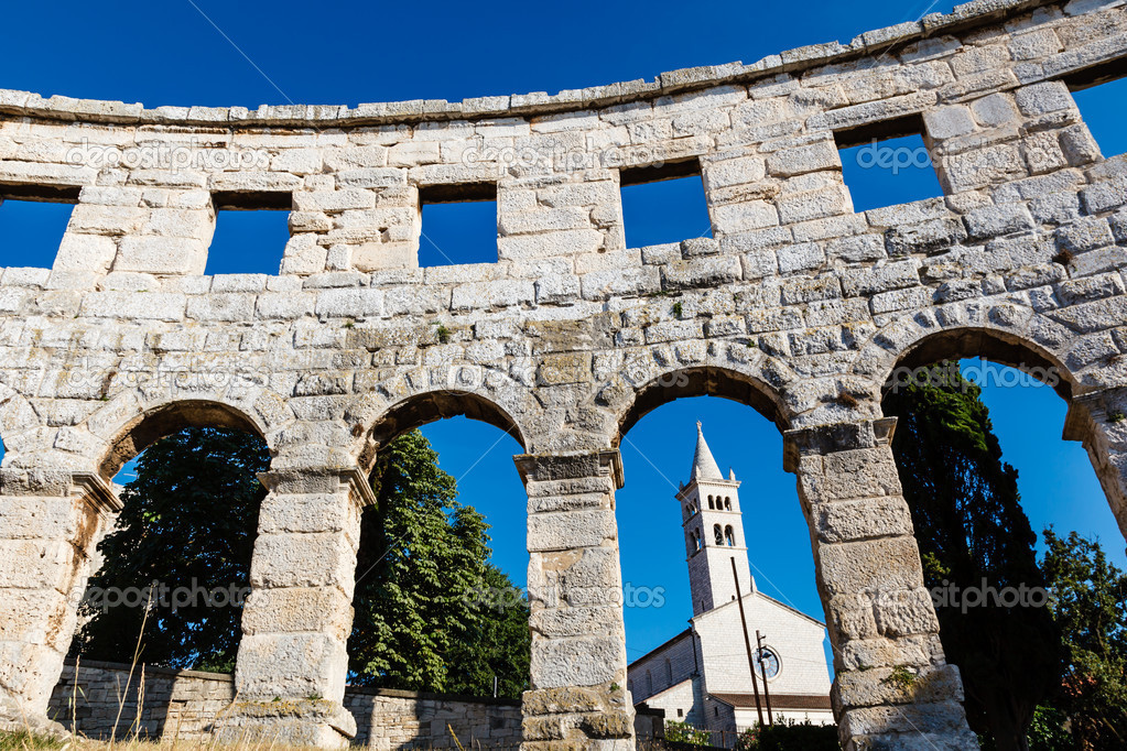 White Church Framed in the Arch of Ancient Roman Amphitheater in Pula, Istria, Croatia — Stock Photo #12246396