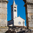 White Church Framed in the Arch of Ancient Roman Amphitheater in — Foto de Stock