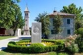 Iglesia blanca y el monumento en solin, Croacia — Foto de Stock