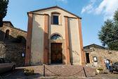 Pequeña iglesia en la ciudad de montalcino, toscana, italia — Foto de Stock