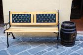 张木凳上和在蒙塔尔奇诺,托斯卡纳,意大利葡萄酒酒桶 — 图库照片