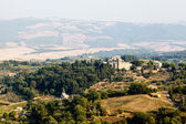 Widok na winnice i pola w pobliżu montalcino, toskania, to — Zdjęcie stockowe