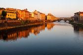 Ponte vecchio köprüsü, sabah, floransa'da arno nehri boyunca ben — Stok fotoğraf