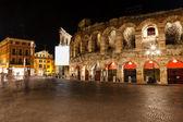 Verona piazza sutyen, gece, ven üzerinde antik roma amfi tiyatro — Stok fotoğraf
