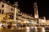 Lamperti torre e piazza delle erbe, à noite, verona, veneto, eu — Foto Stock