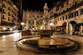 Estatua de la virgen en piazza delle erbe en la noche, verona, ven — Foto de Stock
