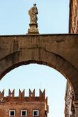Arch und statue in der nähe von piazza delle erbe in verona, venetien, italien — Stockfoto